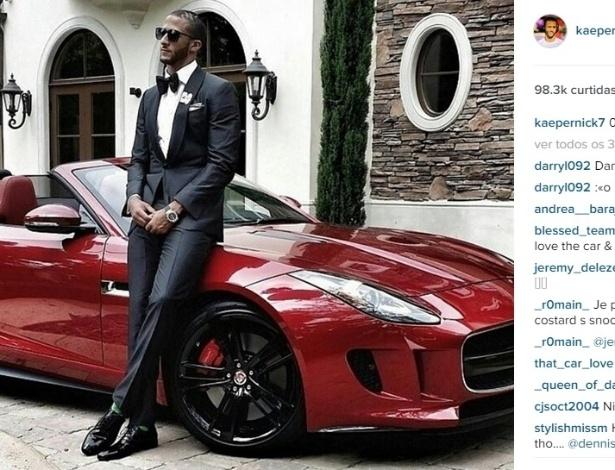 Colin Kaepernick, quarterback do San Francisco 49ers, também mostrou estilo ao posar ao lado de um Jaguar