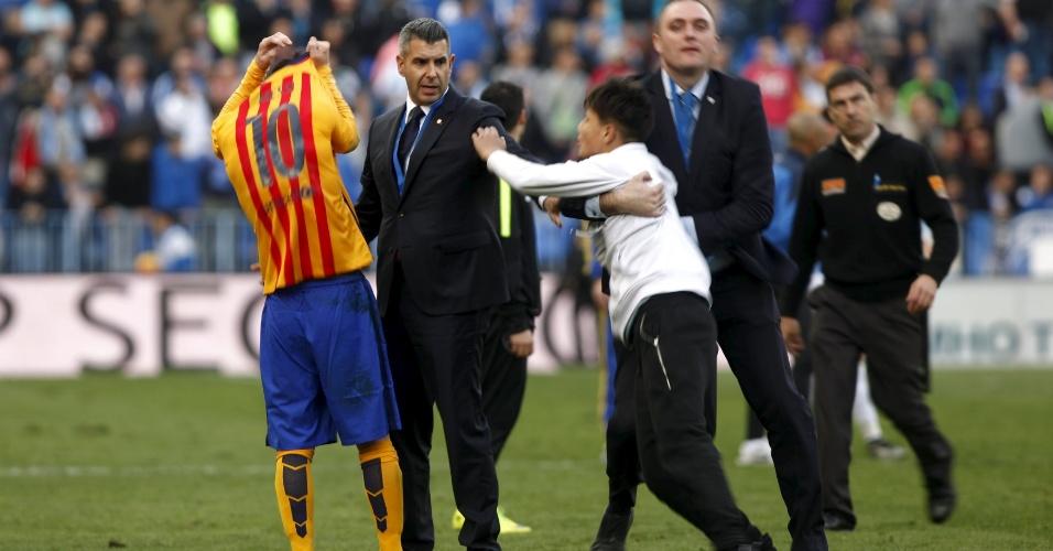 Torcedor invade o campo e acaba ganhando camisa de Messi na vitória do Barcelona sobre o Málaga