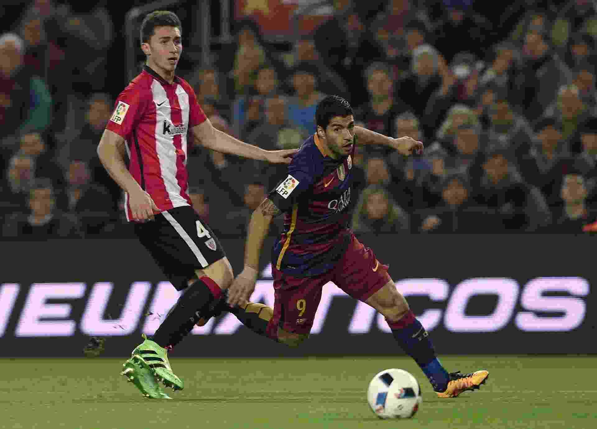 Luiz Suárez faz jogada contra o Athletic Bilbao em jogo válido pela Copa do Rei - AFP PHOTO / LLUIS GENE ORG