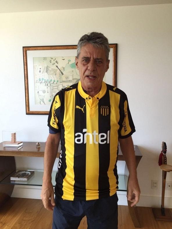 Chico Buarque posa para foto vestindo camisa do Peñarol