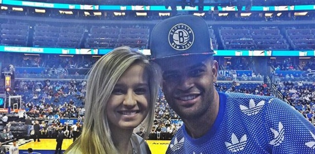 Ao lado da esposa Paloma, Alisson acompanha partida entre Orlando Magic e Cleveland Cavaliers na Amway Center, em Orlando