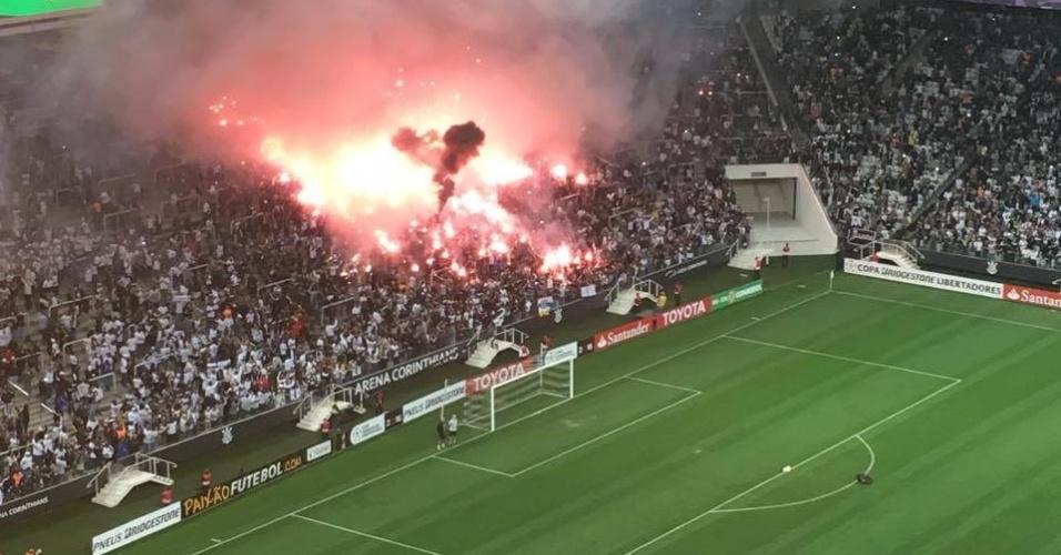 Torcedores acendem sinalizadores antes da partida do Corinthians contra o Nacional-URU