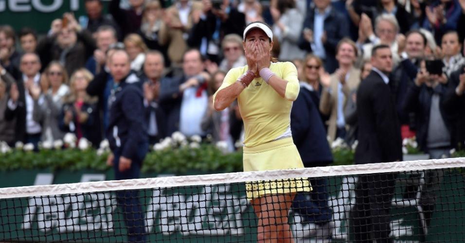 Muguruza comemora título de Roland Garros após vencer Serena Williams na final