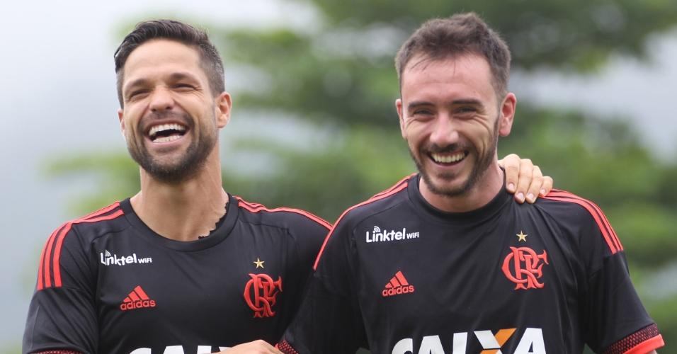Os meias Diego e Mancuello descontraídos no treino do Flamengo