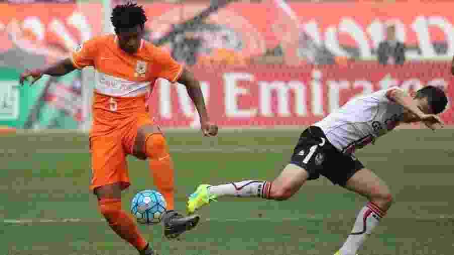 Zagueiro Gil (d) tem acordo verbal com o Corinthians para retornar ao futebol brasileiro após passagem pela China (foto) - Divulgação