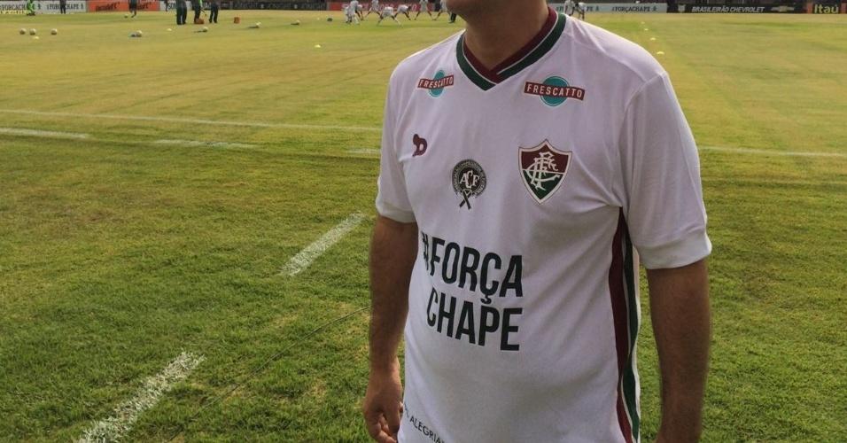 Pedro Abad, presidente eleito do Fluminense, exibe camisa com mensagem de apoio à Chapecoense antes do jogo contra o Internacional