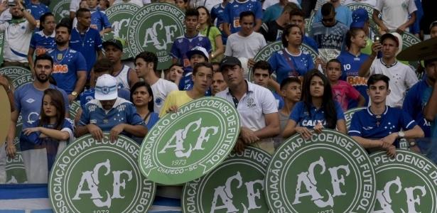 No encerramento do Brasileirão de 2016, torcida do Cruzeiro prestou homenagens à Chape