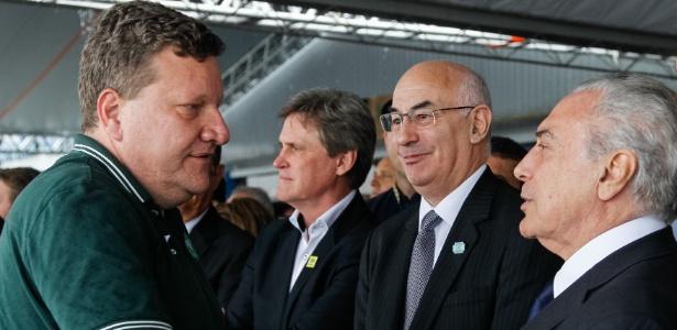 Luciano Buligon, prefeito de Chapecó, cumprimenta o presidente Michel Temer no velório
