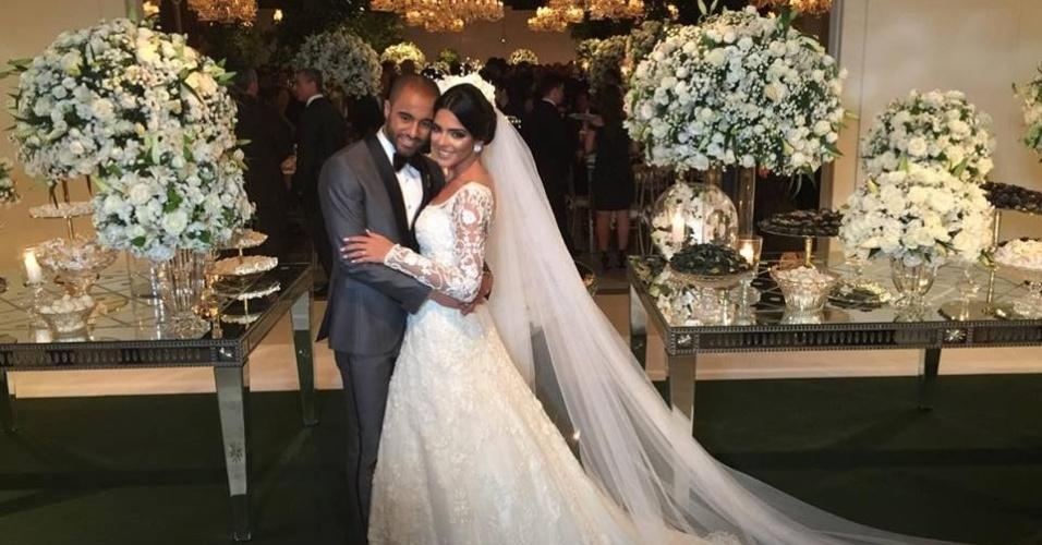 Lucas Moura e sua noiva, Larissa Saad, posam para fotos no casamento