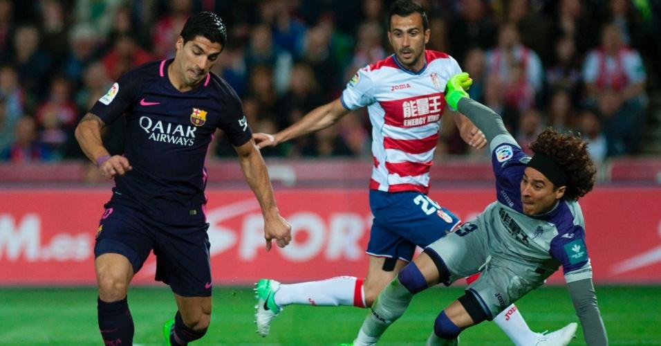 Suárez finaliza na cara do goleiro Ochoa em jogo contra o Granada
