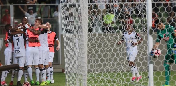 Jogadores do Atlético-MG comemoram gol de Robinho contra o Libertad