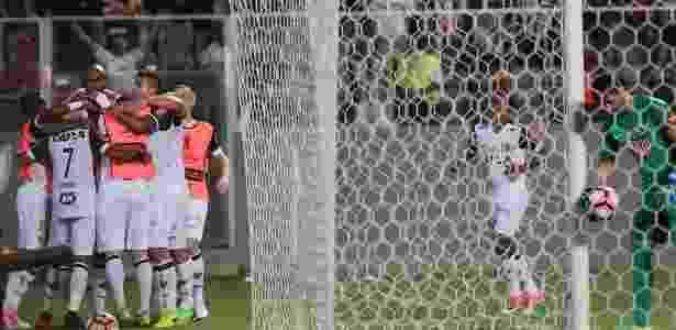 Jogadores do Atlético-MG comemoram gol de Robinho contra o Libertad - Paulo Fonseca/EFE