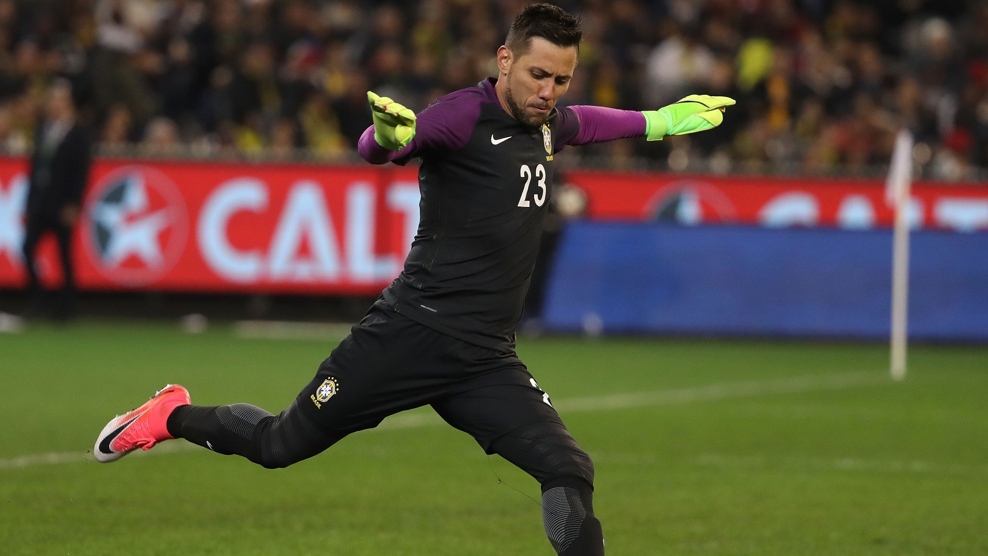 Diego Alves durante jogo da seleção contra a Austrália