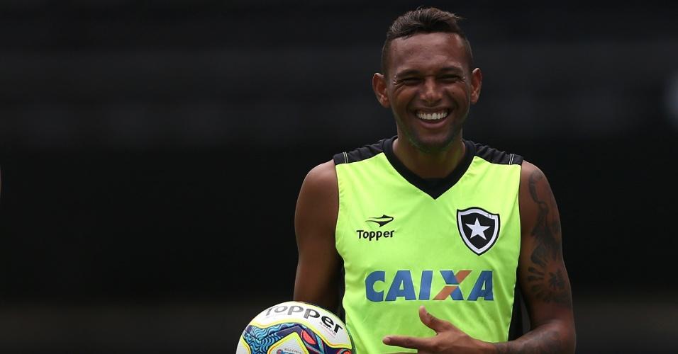 Gilson em momento de descontração no treinamento do Botafogo