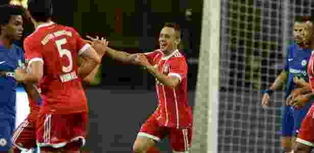Rafinha celebra gol do Bayern em amistoso contra o Chelsea em Singapura - AFP PHOTO