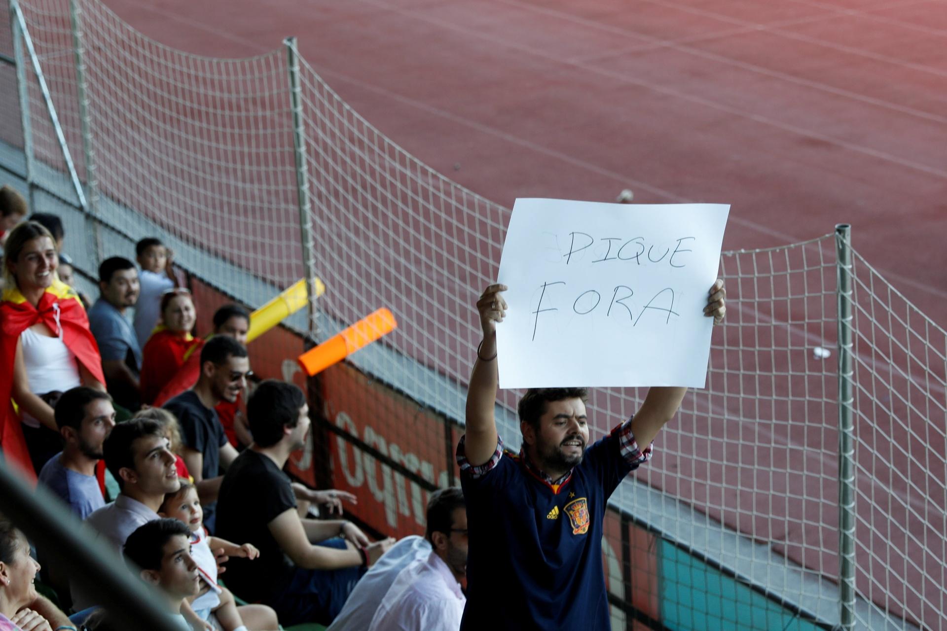 Piqué é recebido em treino da Espanha com gritos de