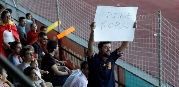 Torcedor pede que Piqué deixe a seleção espanhola em sua apresentação