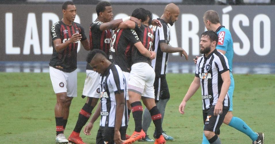 Guilherme comemora gol do Atlético-PR contra o Botafogo pelo Campeonato Brasileiro