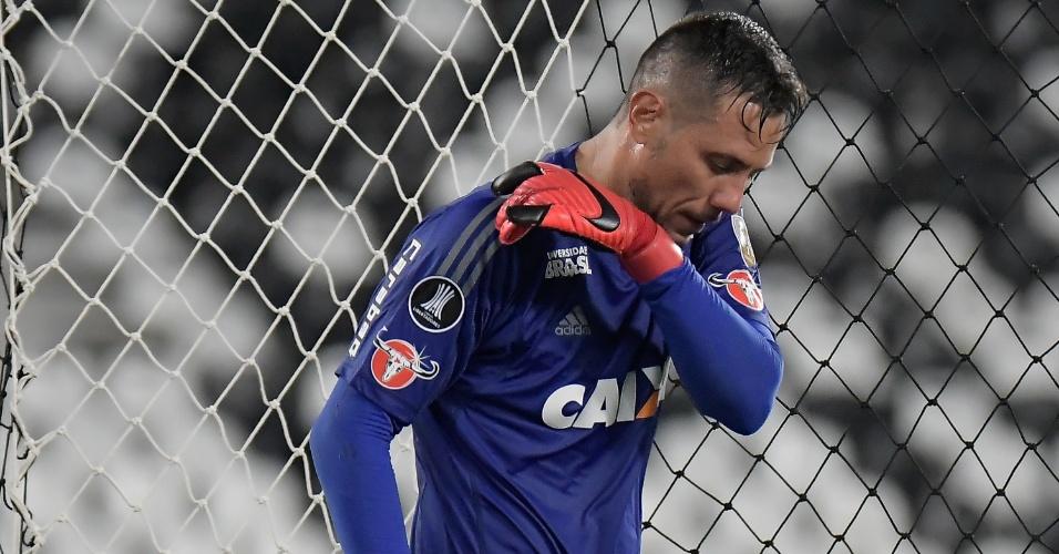 Diego Alves, goleiro do Flamengo, lamenta o empate do River Plate