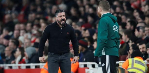 O técnico do Milan, Gennaro Gattuso, reclama de pênalti concedido para o Arsenal
