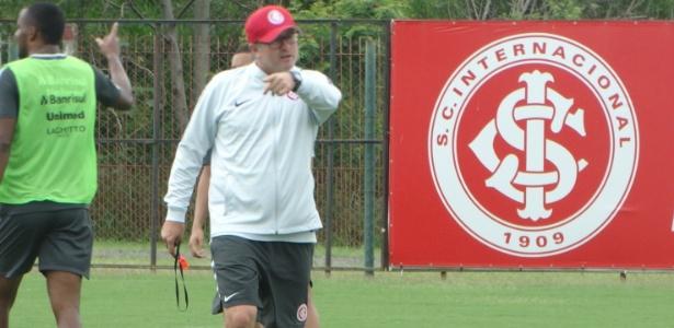 Odair Hellmann comanda treinamento do Internacional no CT do clube