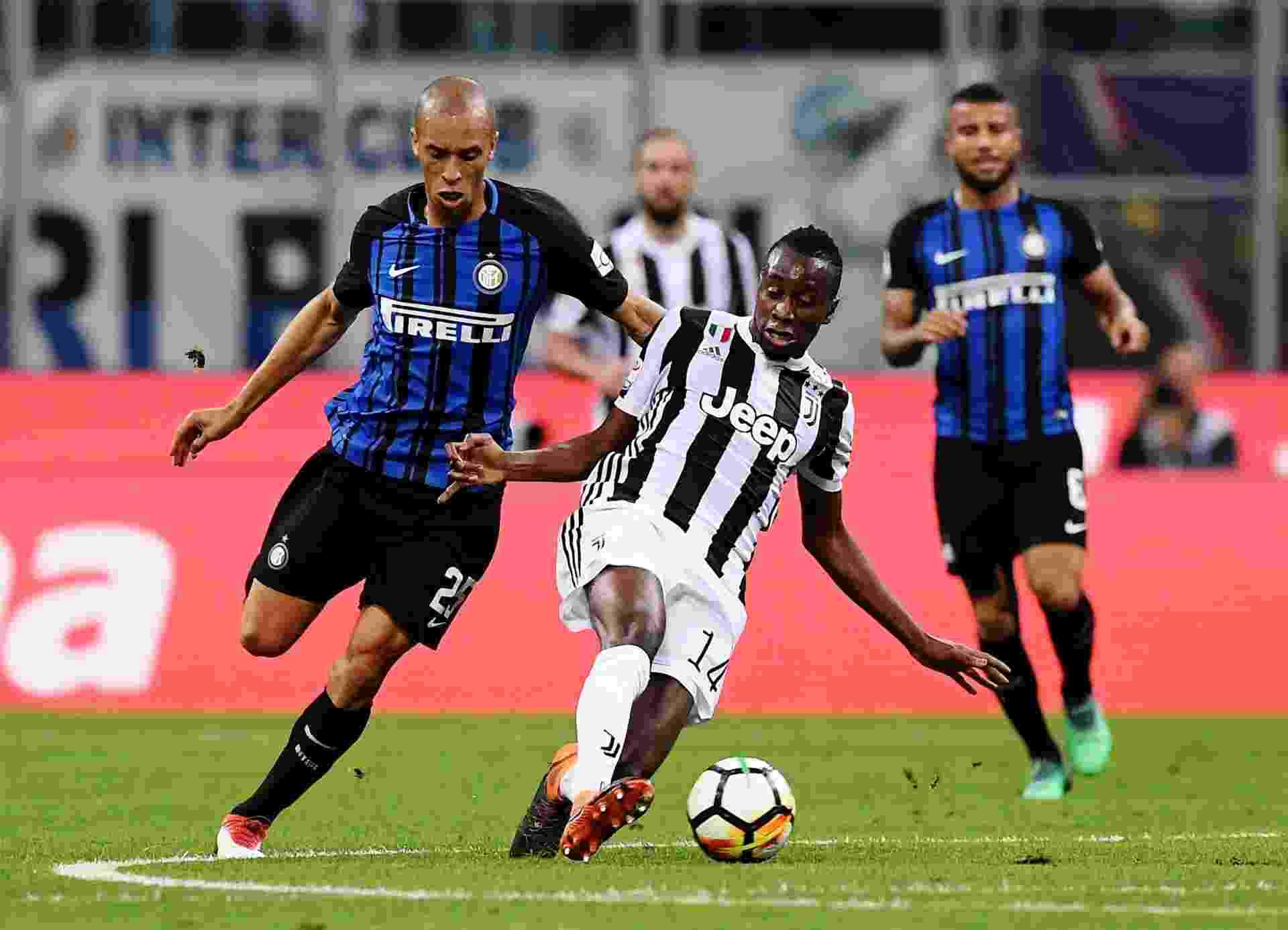 Miranda, da Inter, disputa bola com Matuidi, da Juventus - undefined