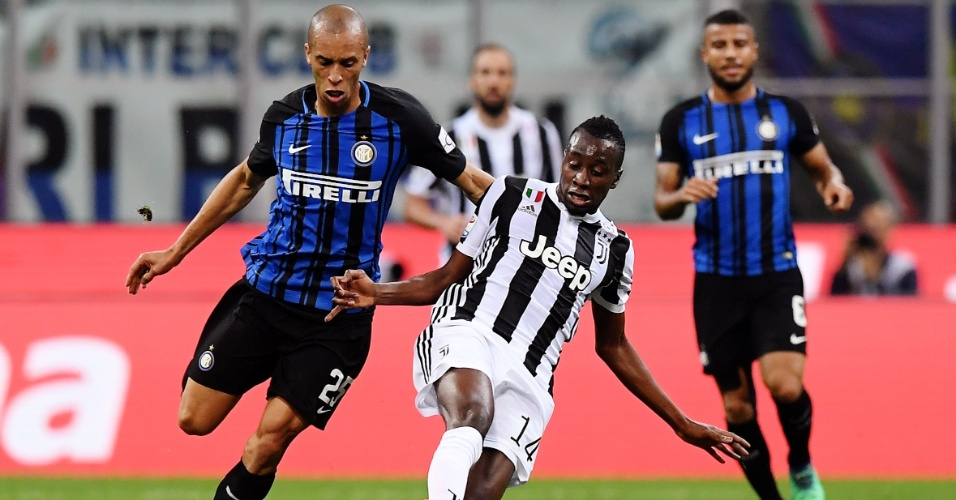 Miranda, da Inter, disputa bola com Matuidi, da Juventus