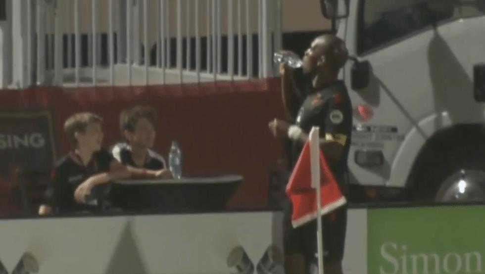 Drogba comemora após prometer gol a torcedor