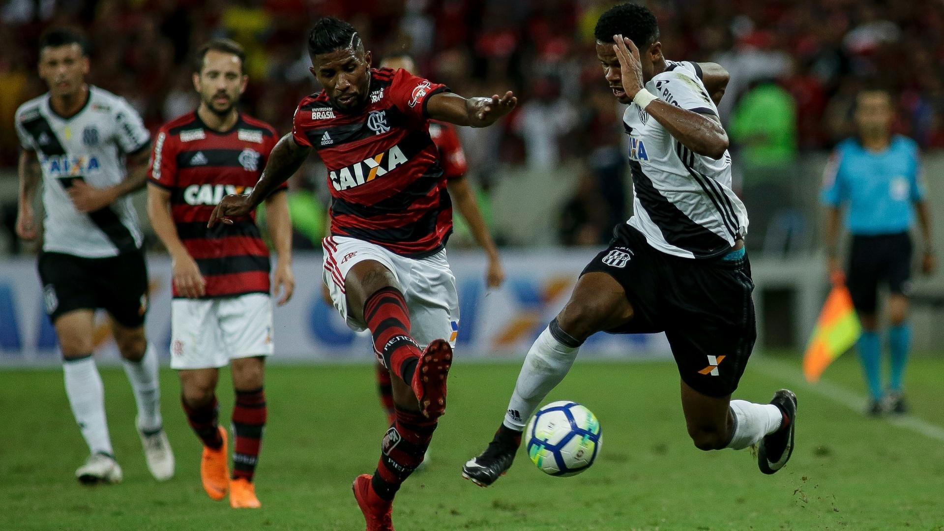 Rodinei e Júnior Santos disputam a bola no jogo entre Flamengo e Ponte Preta