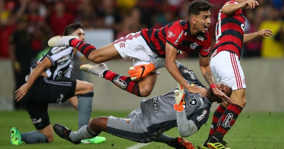 Lucas Paquetá se choca com Jefferson no lance que resultou no segundo gol do Flamengo