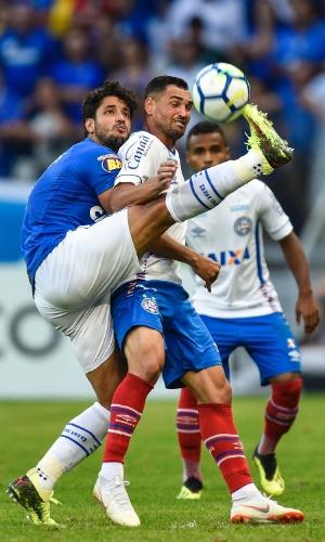 O zagueiro Leo tenta desarmar o atacante Gilberto na partida entre Cruzeiro e Bahia