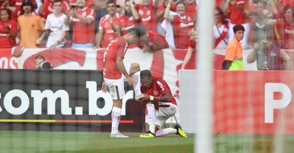 Jogadores do Internacional comemoram gol de Edenilson sobre o Grêmio