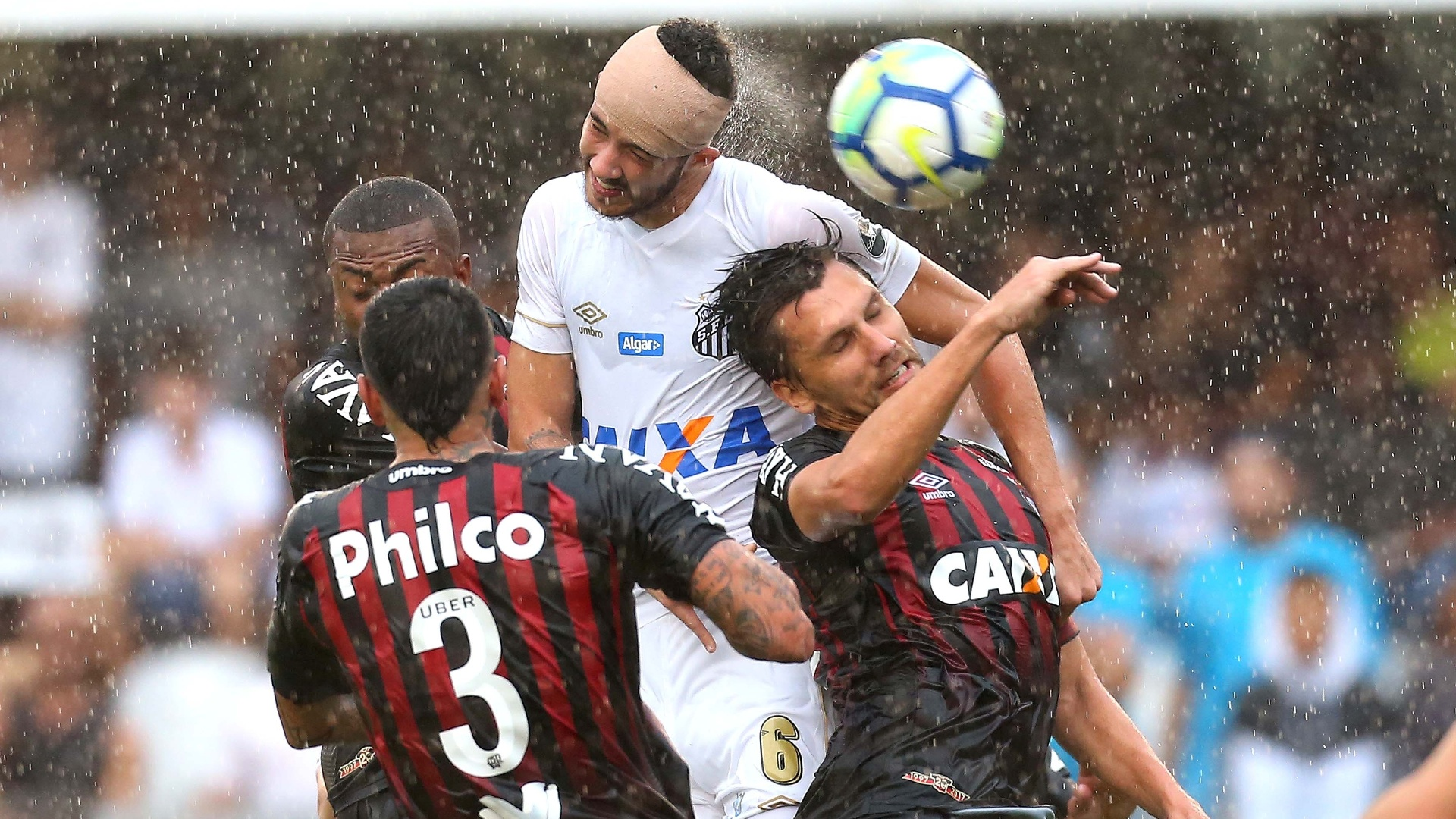 O zagueiro Gustavo Henrique disputa a bola pelo alto no jogo entre Santos e Atlético-PR