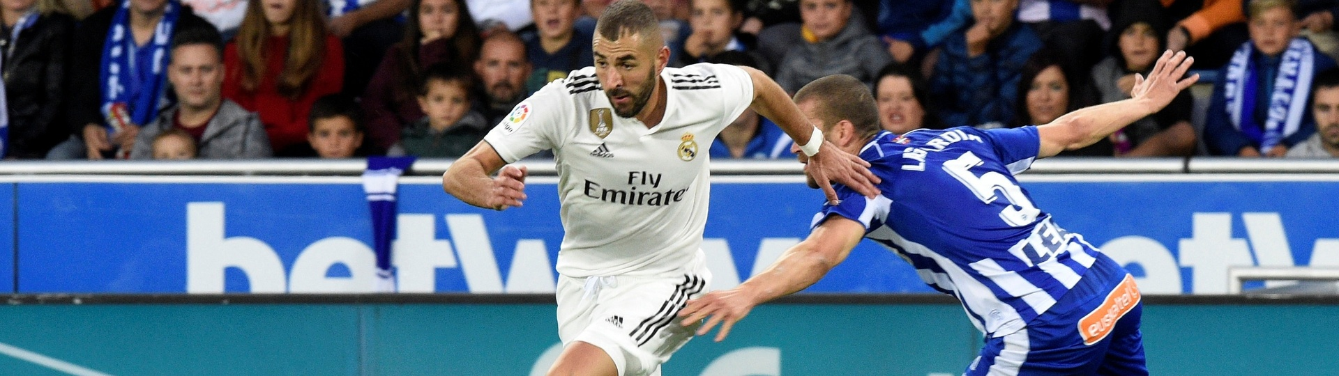 Benzema briga pela bola durante Alavés x Real Madrid, neste sábado (6)