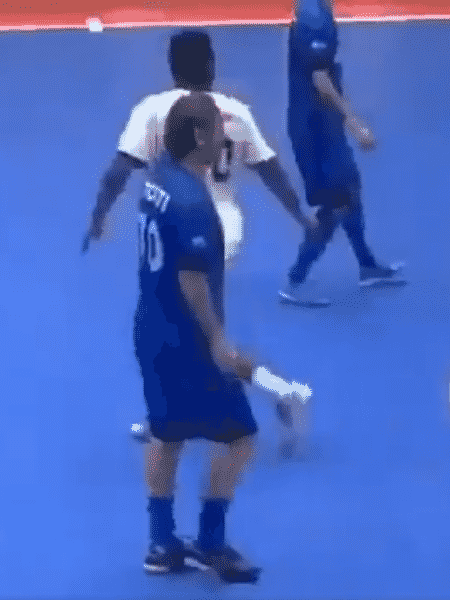 Totti durante exibição de futebol de salão no Kuwait - Reprodução