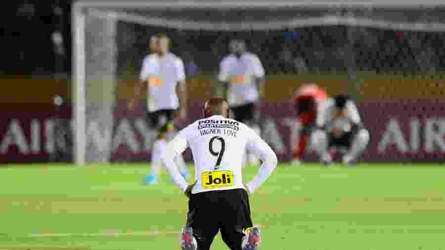 Vágner Love e o Corinthians lamentam eliminação pela Copa Sul-Americana - Franklin Jacome/Getty Images