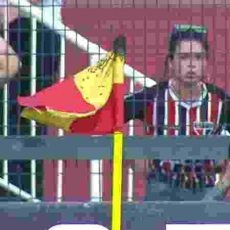 Vespas invadem bandeirinha de escanteio durante São Paulo x Fortaleza  - Reprodução/Premiere