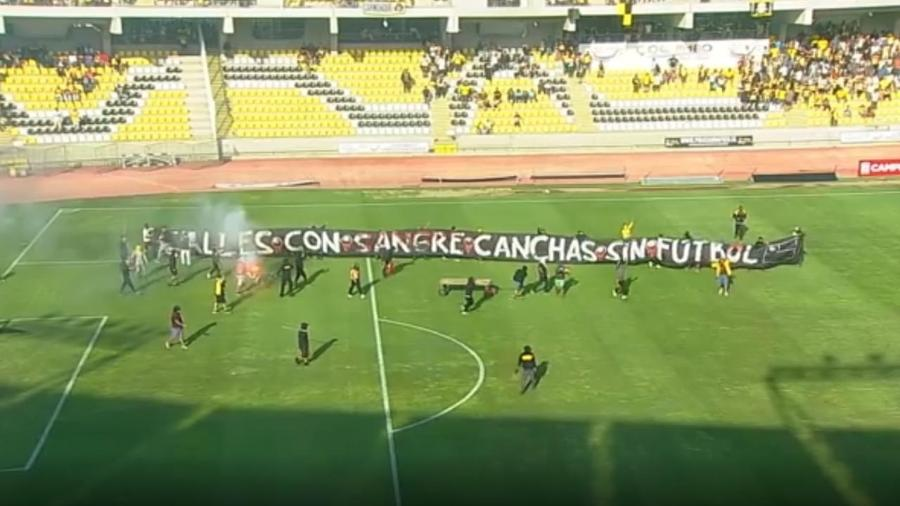 Protestantes invadem campo e partida do Campeonato Chileno é suspensa - CDF