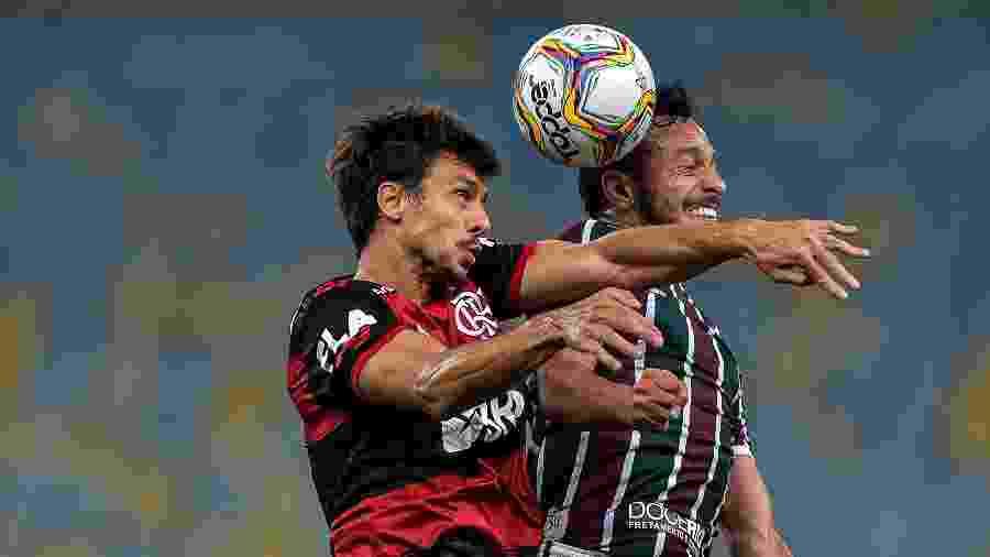 Rodrigo Caio, do Flamengo, disputa a bola pelo alto com Dodi, do Fluminense - Thiago Ribeiro/AGIF