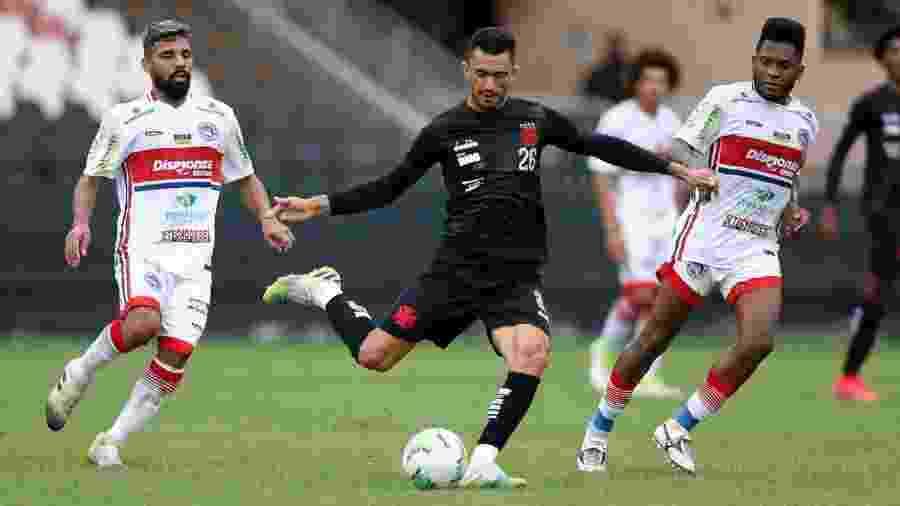 Raul, do Vasco, recebe a marcação de Willians, que defendeu o Porto Velho em jogo-treino - Rafael Ribeiro / Vasco