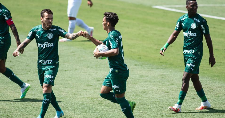 Gabriel Veron comemora com Lucas Lima seu gol na partida do Palmeiras contra o Red Bull Bragantino, pelo Brasileirão
