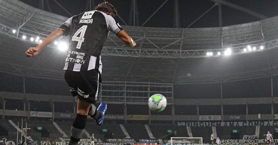 Honda no jogo contra o Palmeiras pelo Campeonato Brasileiro no Estadio Nilton Santos