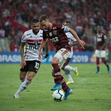 Everton Ribeiro e Daniel Alves disputam lance em Flamengo x São Paulo - Alexandre Vidal/Flamengo