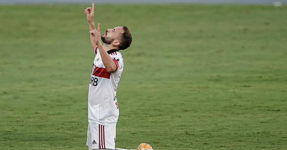 Everton Ribeiro comemora gol pelo Flamengo contra o Botafogo, em jogo do Brasileirão