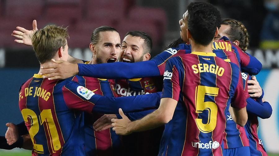 Jogadores do Barcelona comemoram gol de Frenkie De Jong - LLUIS GENE/AFP