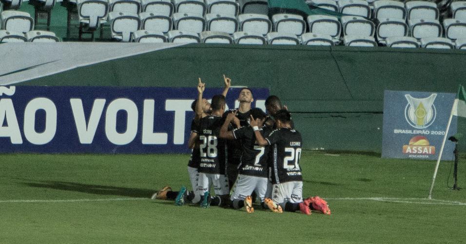 Jogadores do Botafogo comemoram gol contra o Coritiba em jogo do Brasileirão