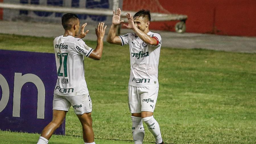 Willian comemora com Gabriel Verón o gol marcado na Ilha do Retiro - Paulo Paiva/AGIF