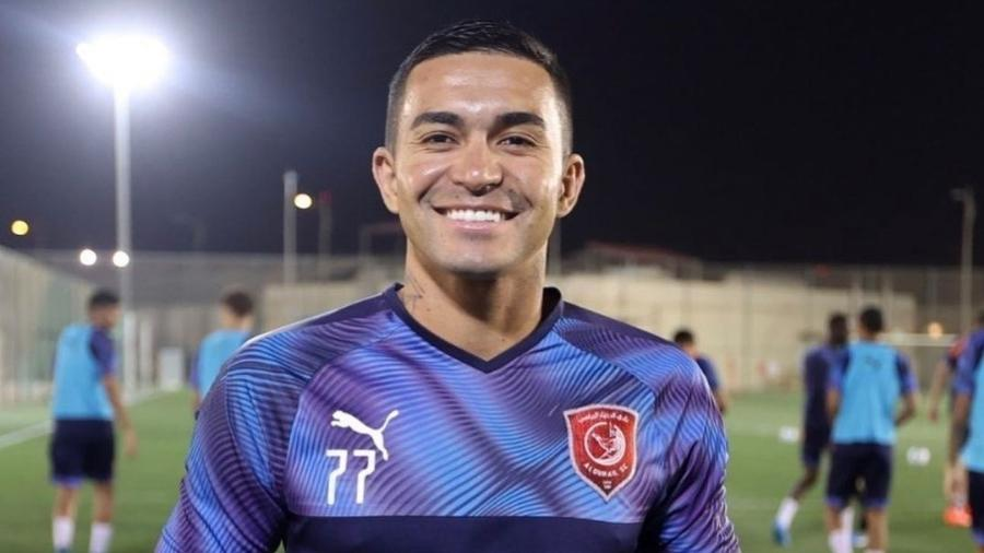 Dudu exibe troféu de melhor jogador de fevereiro e março da Liga do Qatar - Divulgação