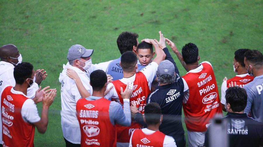 Marcos Guilherme comemora gol com Fernando Diniz durante a partida entre Santos e Cianorte - FABRÍCIO COSTA/ESTADÃO CONTEÚDO