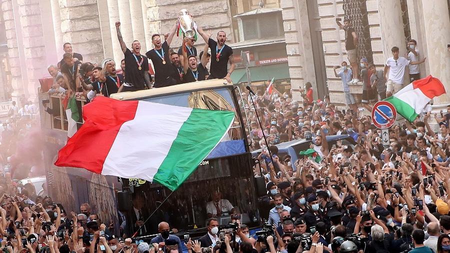 Jogadores da seleção italiana desfilam pelas ruas de Roma após título da Eurocopa - REUTERS